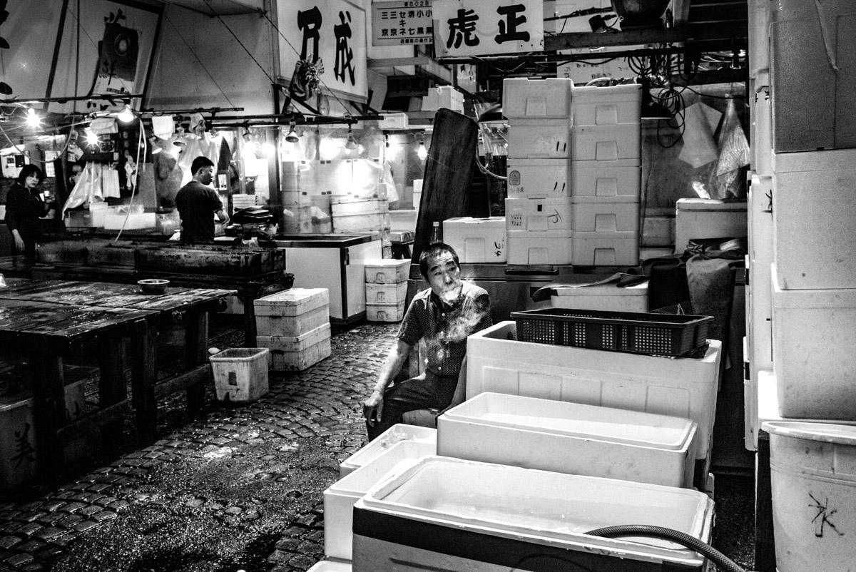 I venditori di pesce, nel reportage di Nicola Tanzini, sono ripresi nella fase di scarico, sia fisico che mentale, dopo oltre dieci ore lavorative, caratterizzate da rumore assordante, dal continuo passaggio di mezzi meccanici, di migliaia di persone, tra clientela ordinaria e addetti ai lavori.
