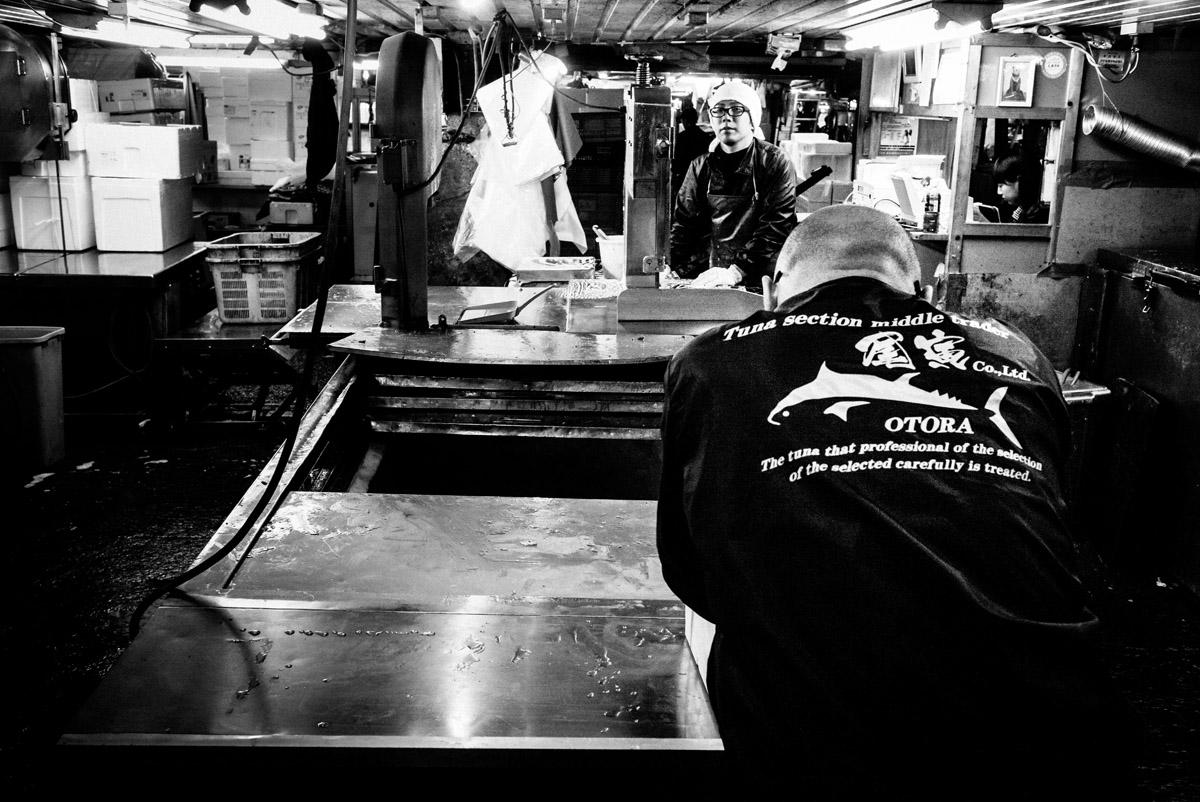 Il reportage di Nicola Tanzini è protagonista della mostra TOKYO TSUKIJI alla Leica Galerie di Milano (fino al 4 novembre) e di un volume edito da Contrasto con oltre 130 immagini, diviso in otto sezioni che corrispondono alle varie fasi della giornata di lavoro al mercato e che vanno dallo spopolamento del mercato alle operazioni di pulizia, dalla chiusura dei conti da parte degli operatori alla sospensione delle attività, dai momenti di relax tra venditori alle pause, ma anche dettagli del luogo e ritratti.