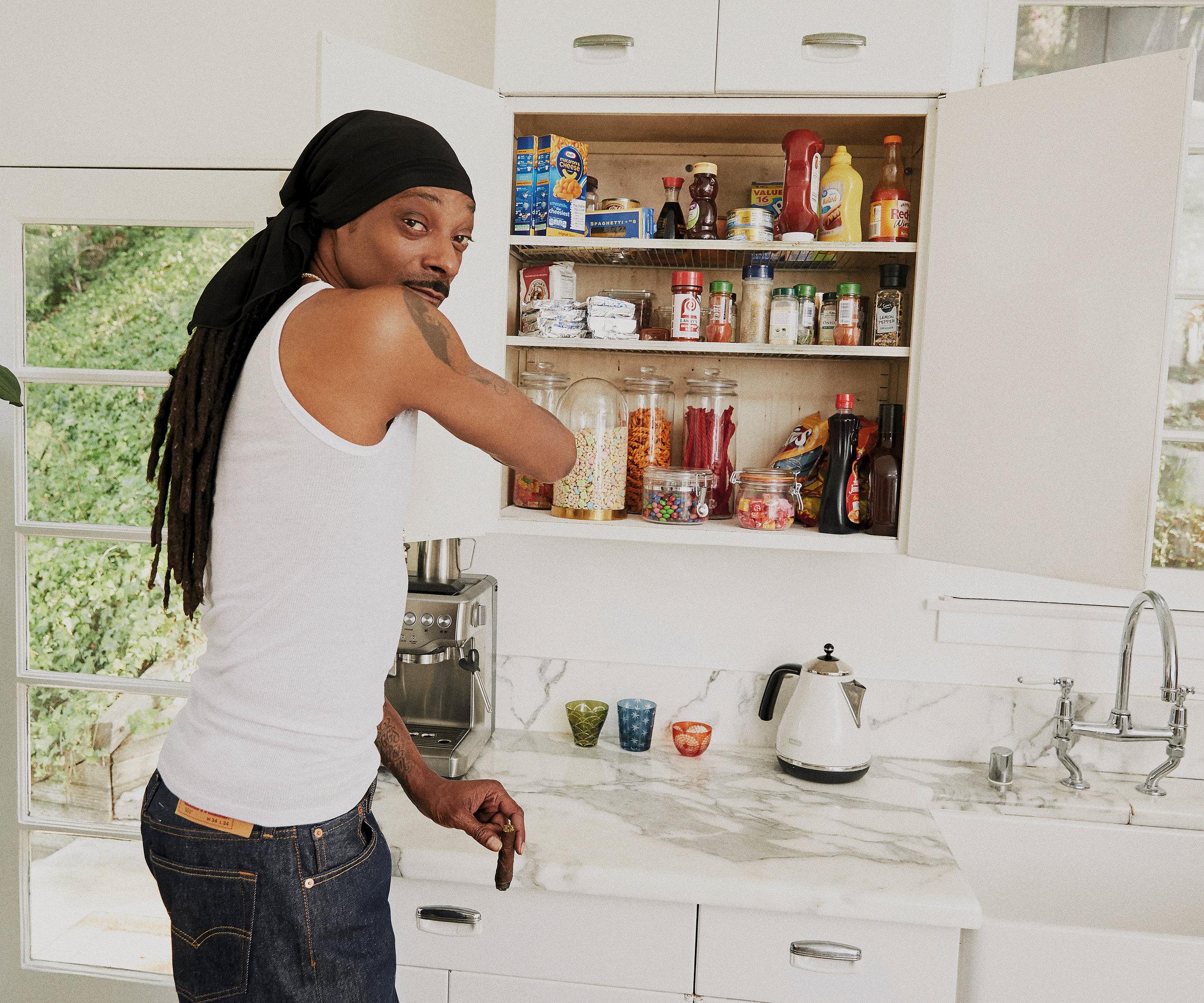 """Il rapper Snoop Dogg ci fa entrare nella sua cucina con il suo primo libro di ricette """"Crook to Cook: Platinum Recipes from tha Dogg's Kitchen"""" edito da Chronicle Books. Foto © 2018 Antonis Achilleos and Heather Gildroy / Chronicle Books."""