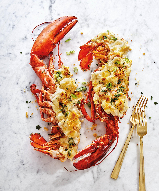 "L'aragosta alla Thermidor, una delle ricette incluse in "" Crook to Cook: Platinum Recipes from tha Dogg's Kitchen"".  Foto © 2018 Antonis Achilleos and Heather Gildroy / Chronicle Books."