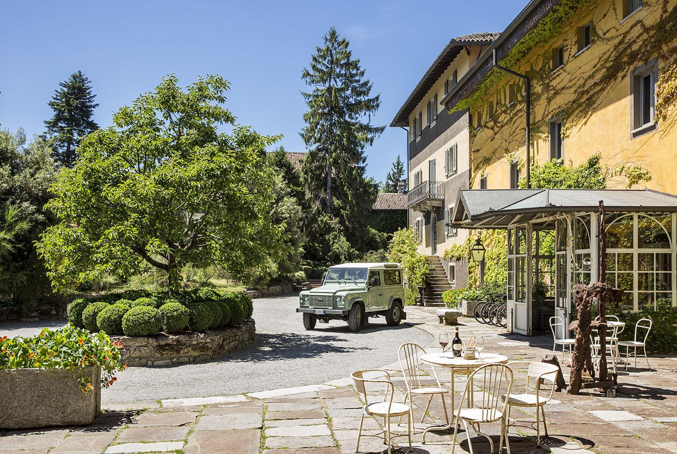 Circondato dalle morbide colline di Gavi, Villa Sparina Resort comprende oggi l'azienda agricola Villa Sparina, I'Ostelliere, albergo 4 stelle superiore di fascino e charme e La Gallina, raffinato ristorante dedicato alla cucina del territorio.