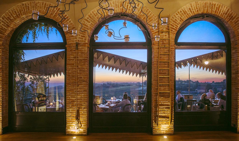 Il momento migliore è al tramonto, quando si ha la possibilità di cenare nella terrazza panoramica affacciata sui vigneti che circondano la villa.