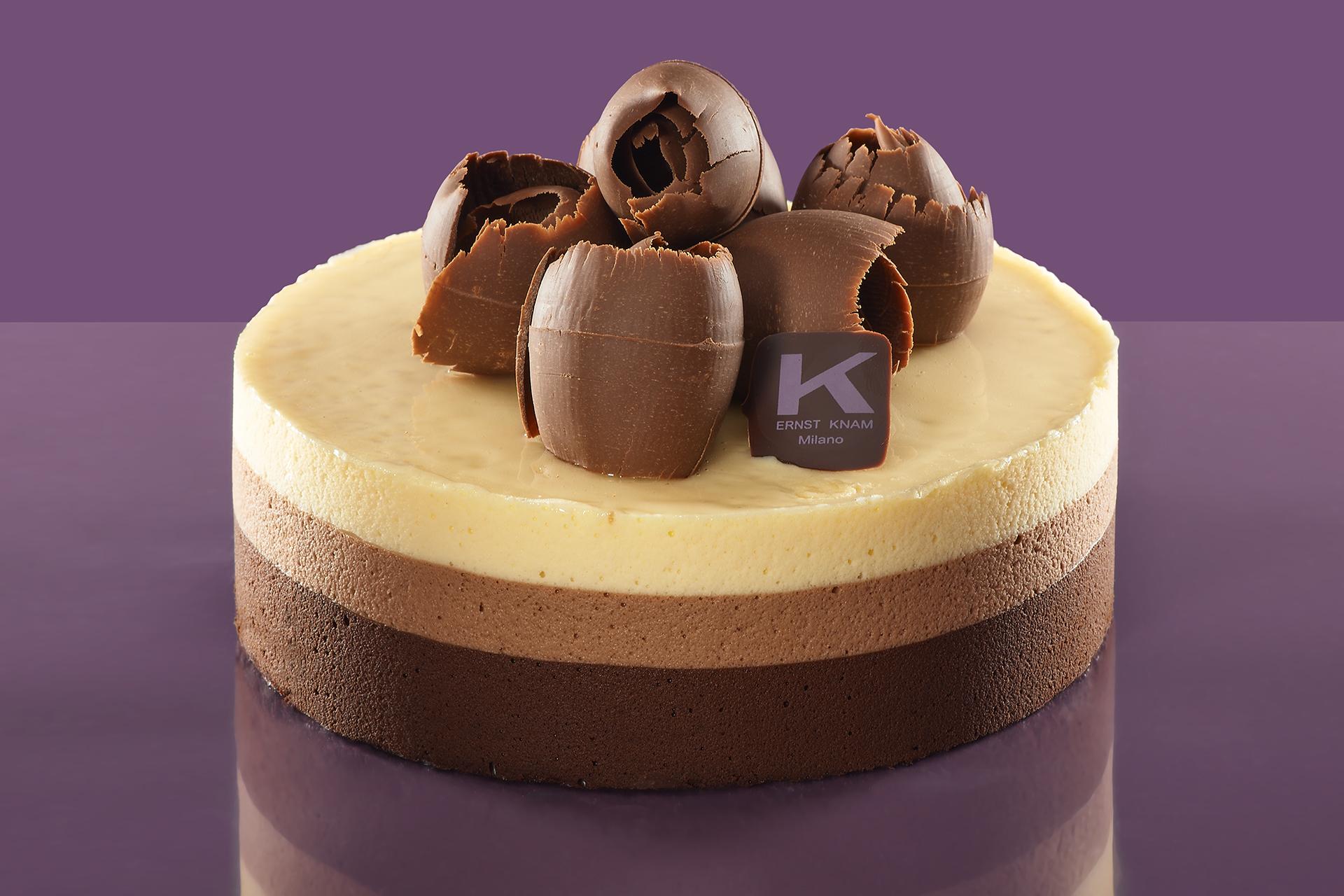 Dopo più di trent'anni di onorata carriera, la mousse ai tre cioccolati è ancora e soprattutto il must have di chi entra nella nota pasticceria di Milano. La più richiesta, la più voluta e amata.