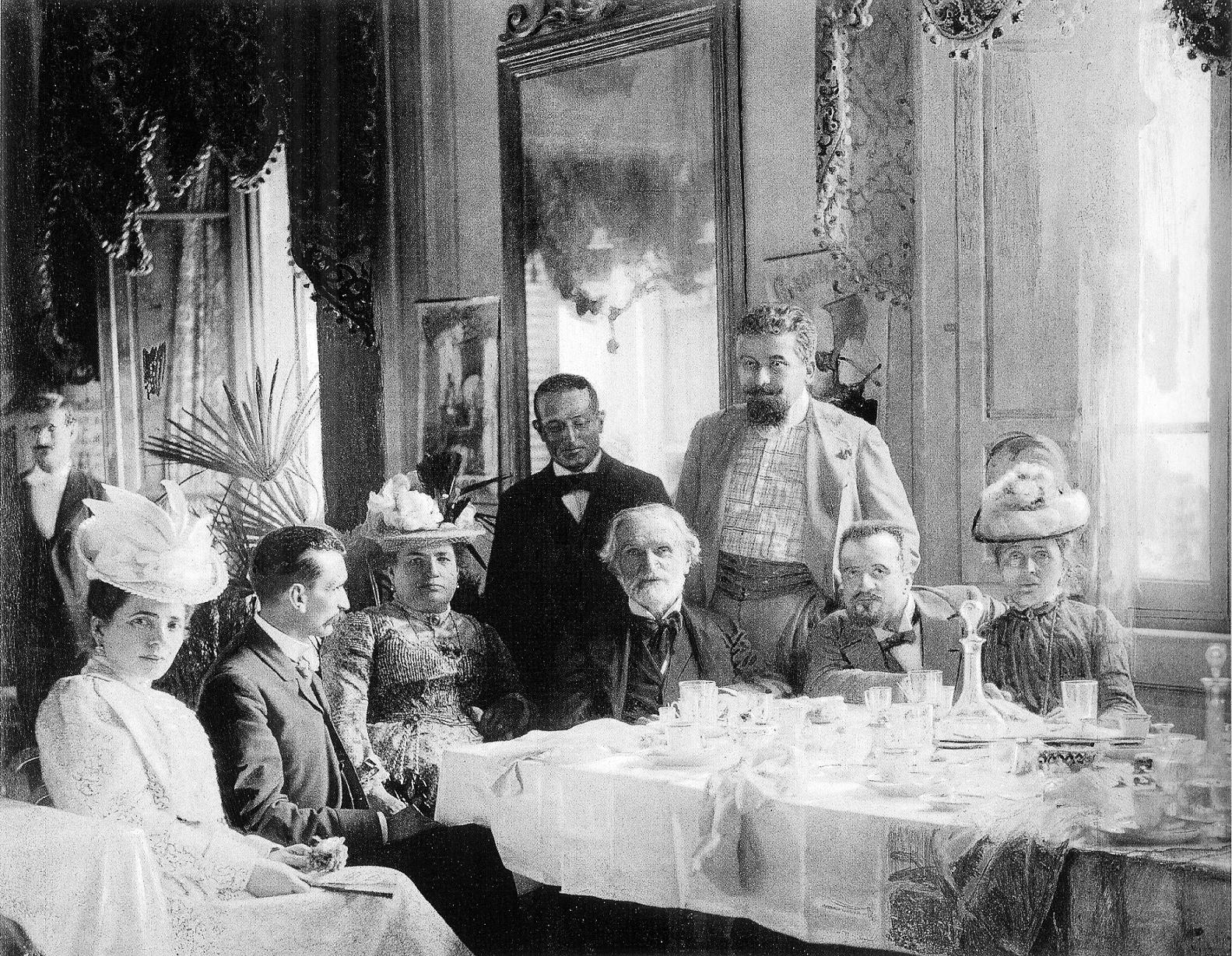 Giuseppe Verdi, circondato dai suoi amici nella sua casa di Montecatini. Il suo rapporto d'amore con il cibo e il vino lo ha accompagnato per tutta la sua vita. Nelle sue opere, tra le più celebri e importanti del XIX secolo, sono numerosi i riferimenti al cibo e al vino.