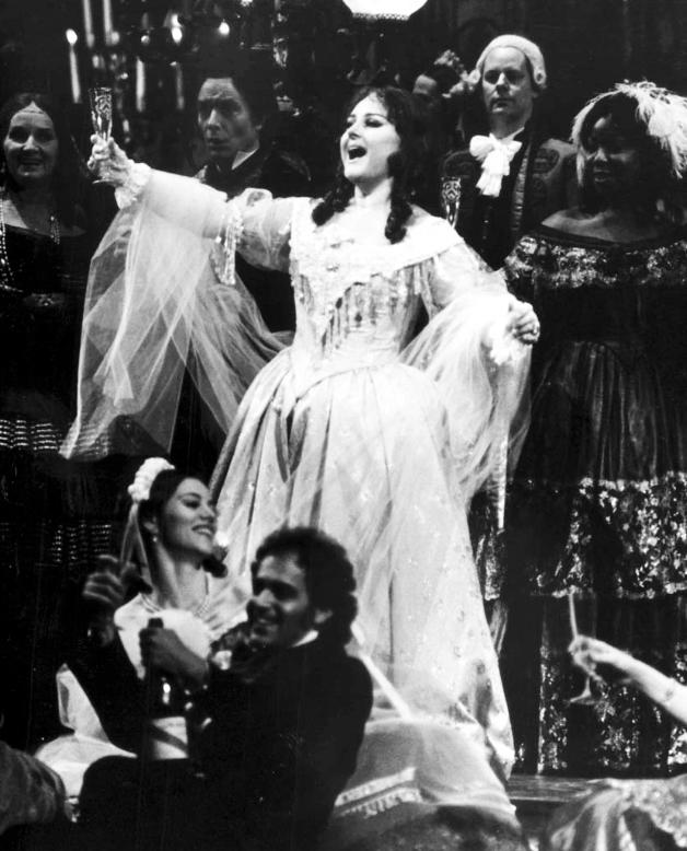 Edita Gruberova come Violetta durante il celebre episodio in tempo di valzer del primo atto della Traviata.