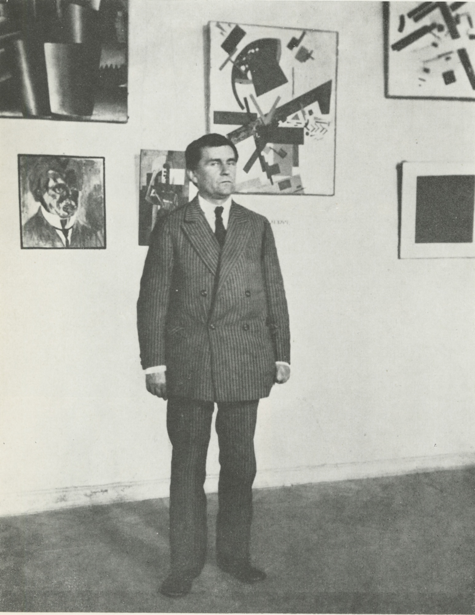 Kazimir_Malevich_with_his_paintings_in_Leningrad_1924.jpg