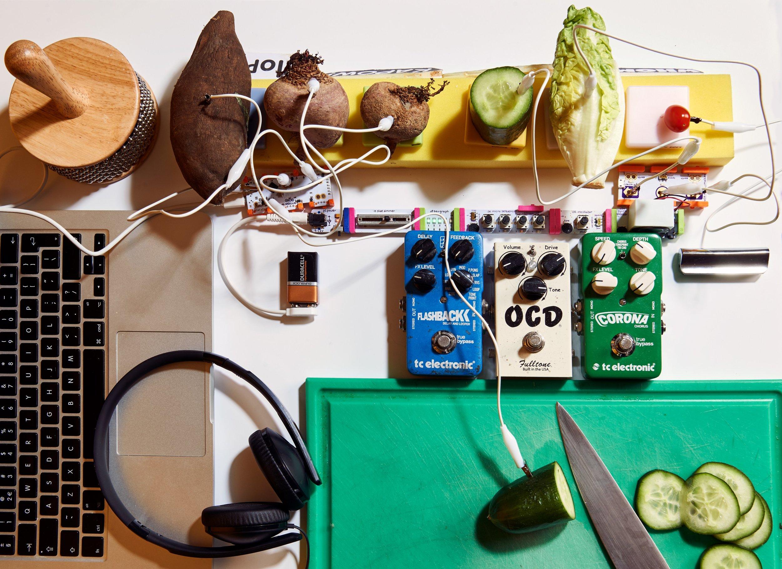 """Jasper Udink ten Cate e il suo Creative Chef Studio presentano a Milano durante la Milano Design Week """"The Composition Table"""", un'installazione multisensoriale che unisce suono e cibo. Foto di Berend van Breda."""