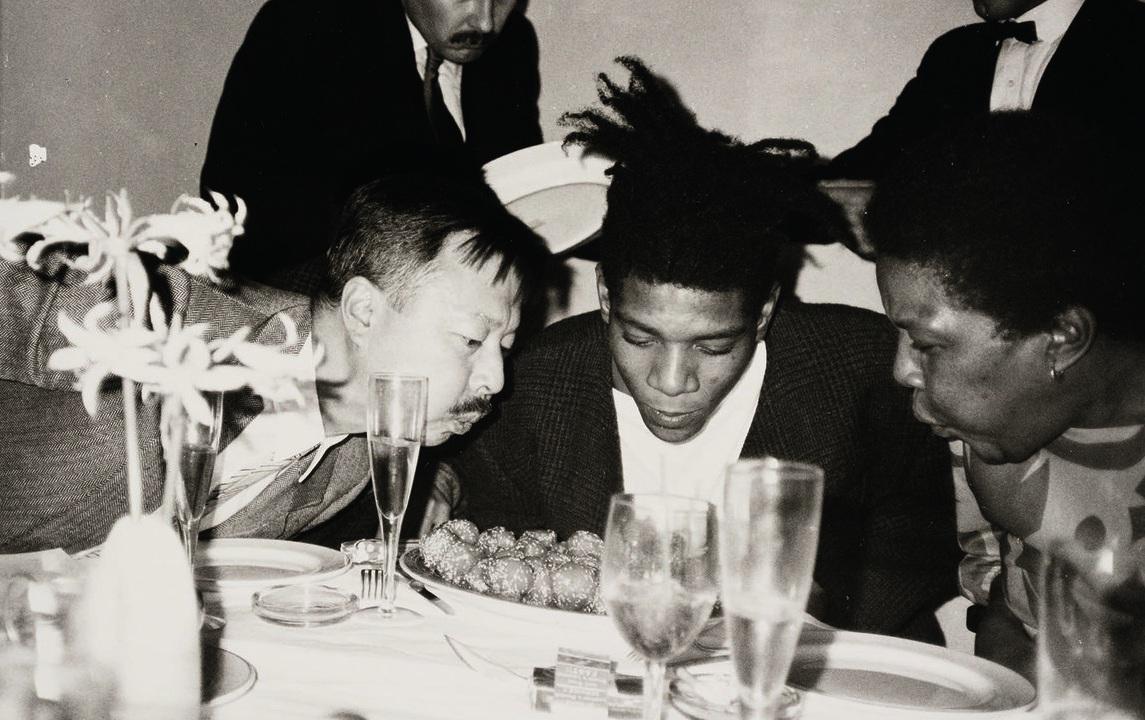M con Jean-Michel Basquiat e sua madre, Matilda Andrades, da Mr Chow 57esima strada nel 1984, in una fotografia di Andy Warhol.