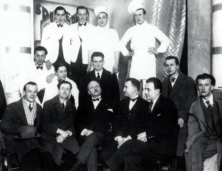 Marinetti durante una visita alla Taverna del Santopalato di Torino, primo ristorante futurista italiano.