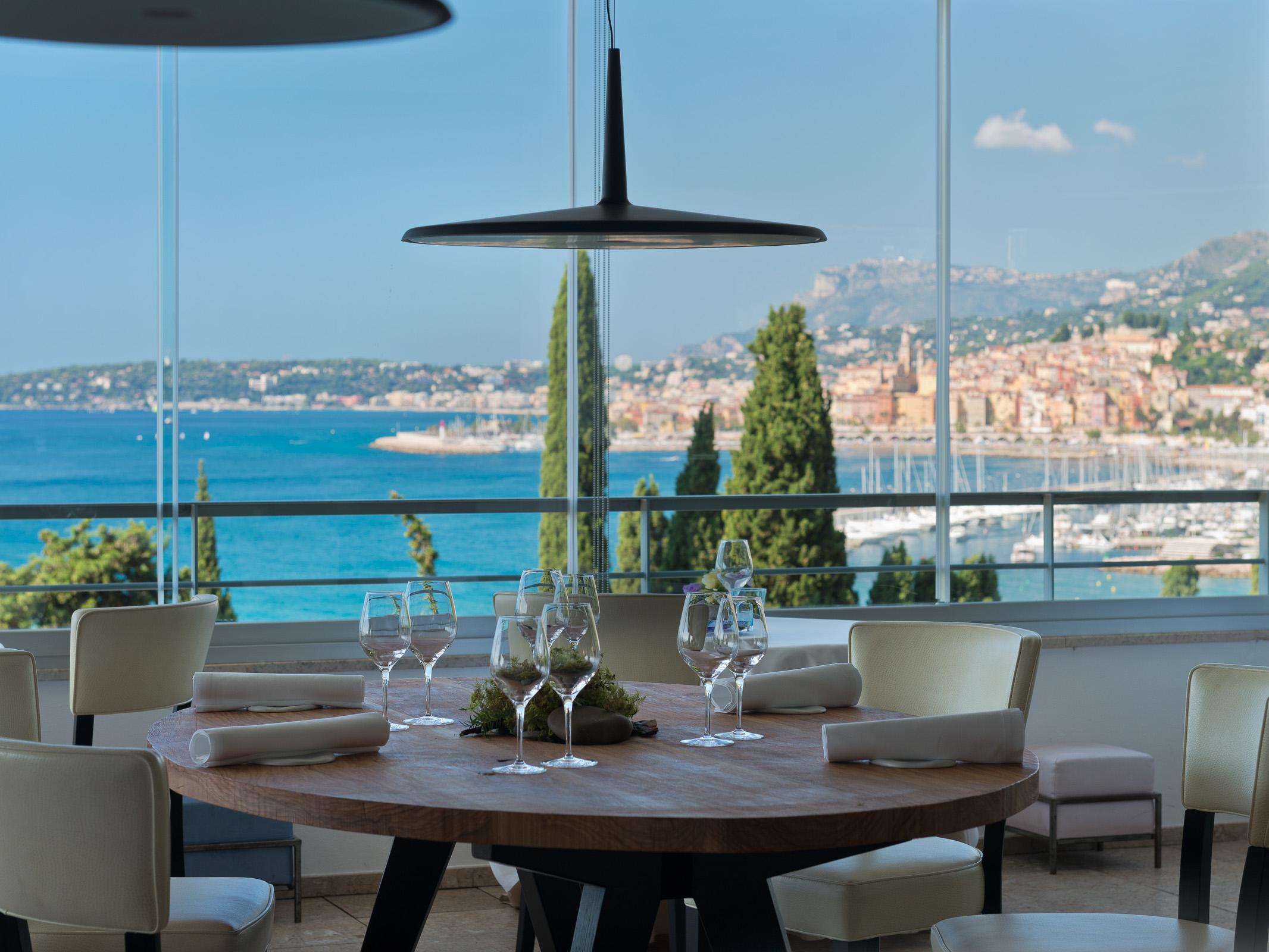 Il ristorante Mirazur di Mentone guidato dallo chef italo-argentino Mauro Colagreco si è aggiudicato l'ambita prima posizione nella lista dei cinquanta migliori ristoranti del mondo.