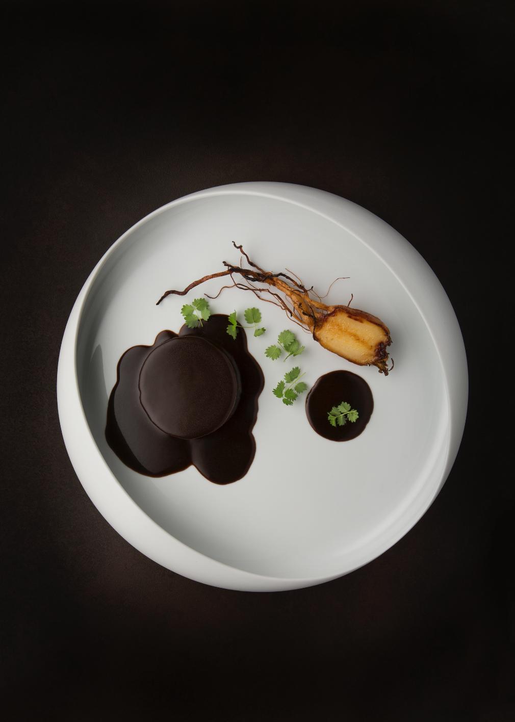 Nel menu del Mirazur anche la lepre à la royale è una delle glorie gastronomiche della cucina francese. Il suo successo richiede una preparazione e una cottura complesse.