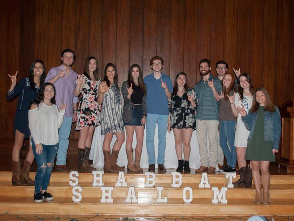 Shabbat 500's Student Leadership Board had the chance to get together while enjoying their event. Front left: Maddy Dunn, Mia Spiegelman, Jonathan Cohen, Halle Brazda, Emily Berk, Jessie Sureck, Ian Arzt, Shirel Miller, Evan Goldberg, Benjamin Cohen, Lexi Reichstein, Lauren Rubenstein, Emily Levin. Courtesy of Lauren Jackson.