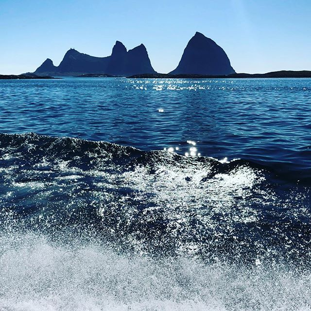 Træna i sikte. Lovund neste. Det går sørover nå.  #ziprace #ansnesbrygger #nortrip #norwayraw #dreamchasernorway #norgefoto #norway2day #yrbilder #atsea #naturelovers #utpåtur #utno #tv_aqua #tv_landscapes #igscandinavia #nature_brilliance #mittnorge