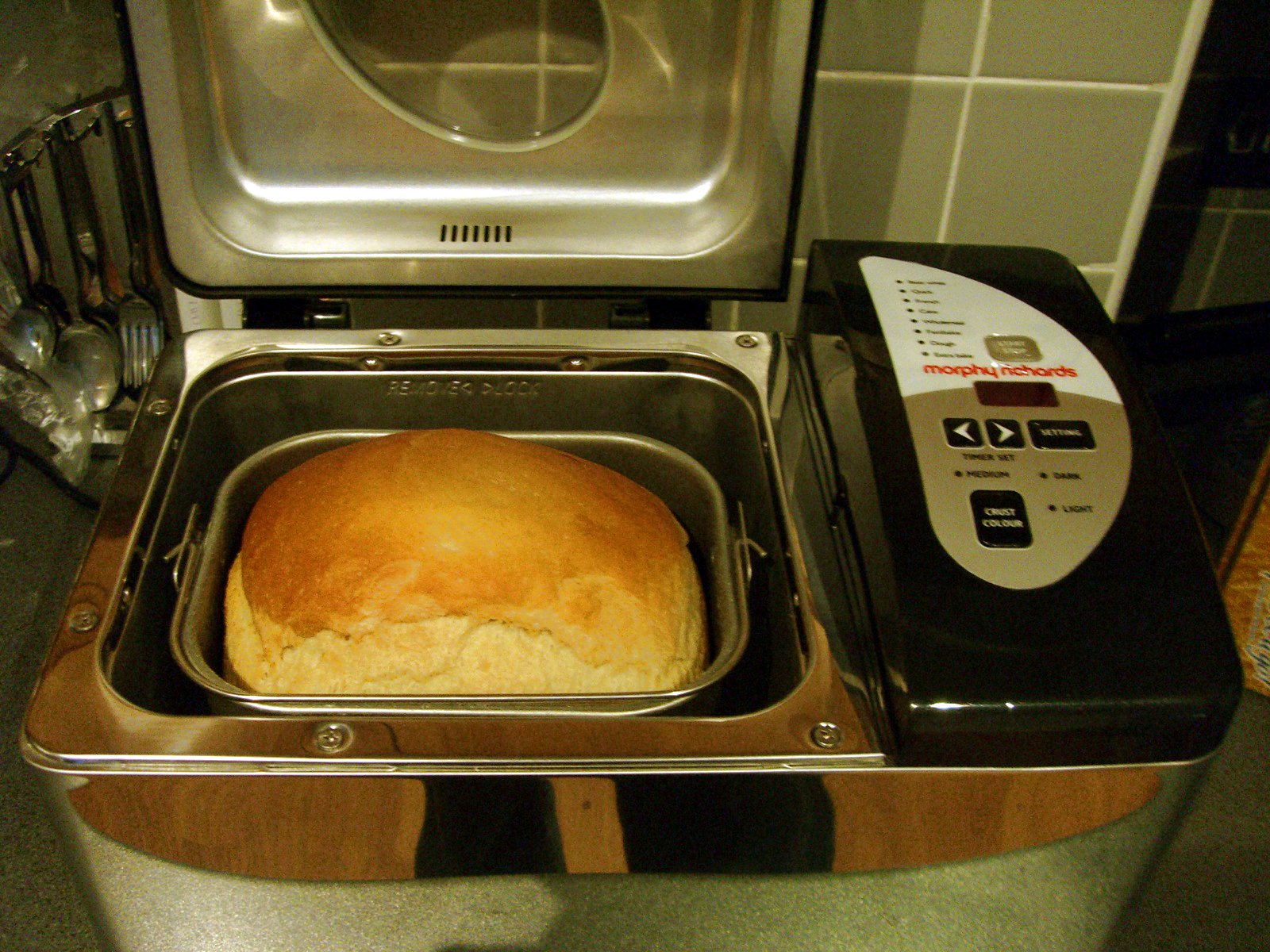 Making_bread_in_bread_machine.jpg