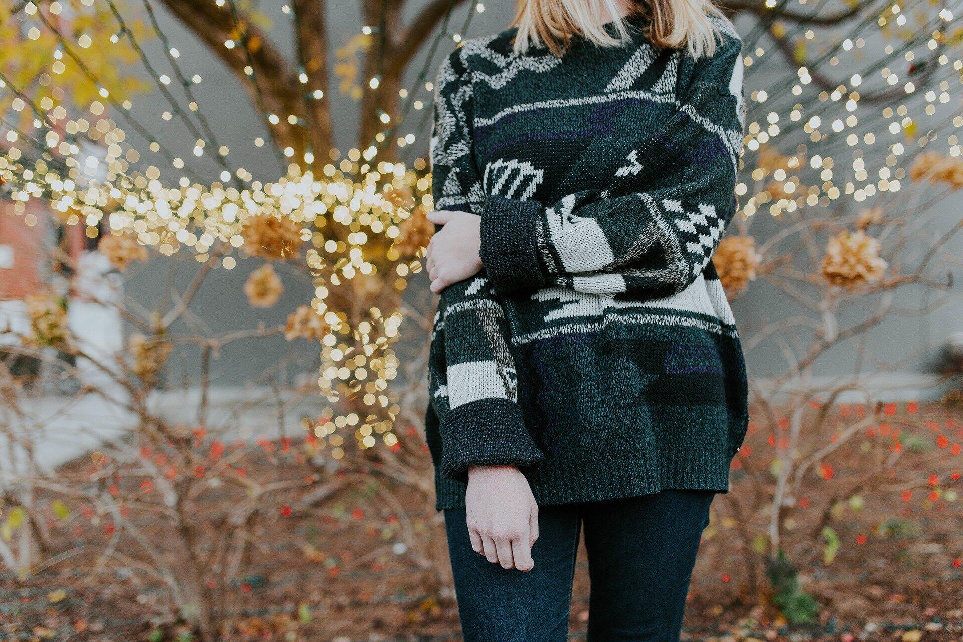 https://pixabay.com/photos/people-woman-sweater-cold-2592330/