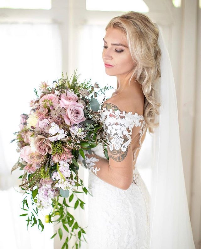 This bouquet. This dress. This bride 😍