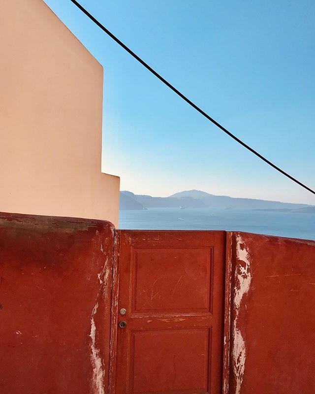 Santorini moods • • #santoriniwanders #aimlesswanders #santorini #oia #design #architecture #abstract