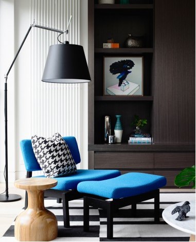 The monotone Abstract Lines rug allows the electric blue of this feature arm chair to remain the focus of the room while complimenting the Houndstooth pattern pillow.