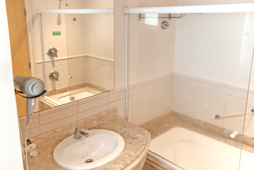 Hotel-Torres-da-Cachoeira-Florianopolis-por-Bruno-Sampaio-banheiro1-thumb.jpg