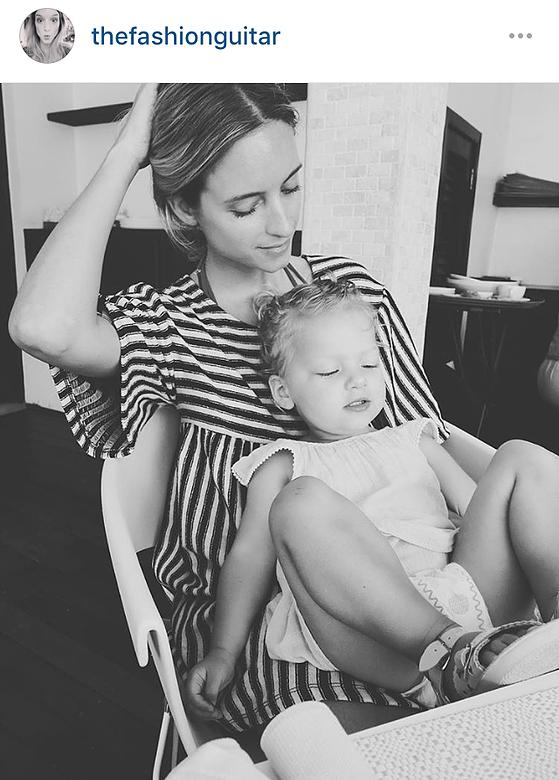 משתפת בנדיבות רגעי משפחה אינטימיים ופוטוגנייםCharlotte G –THE FASHION GUITAR