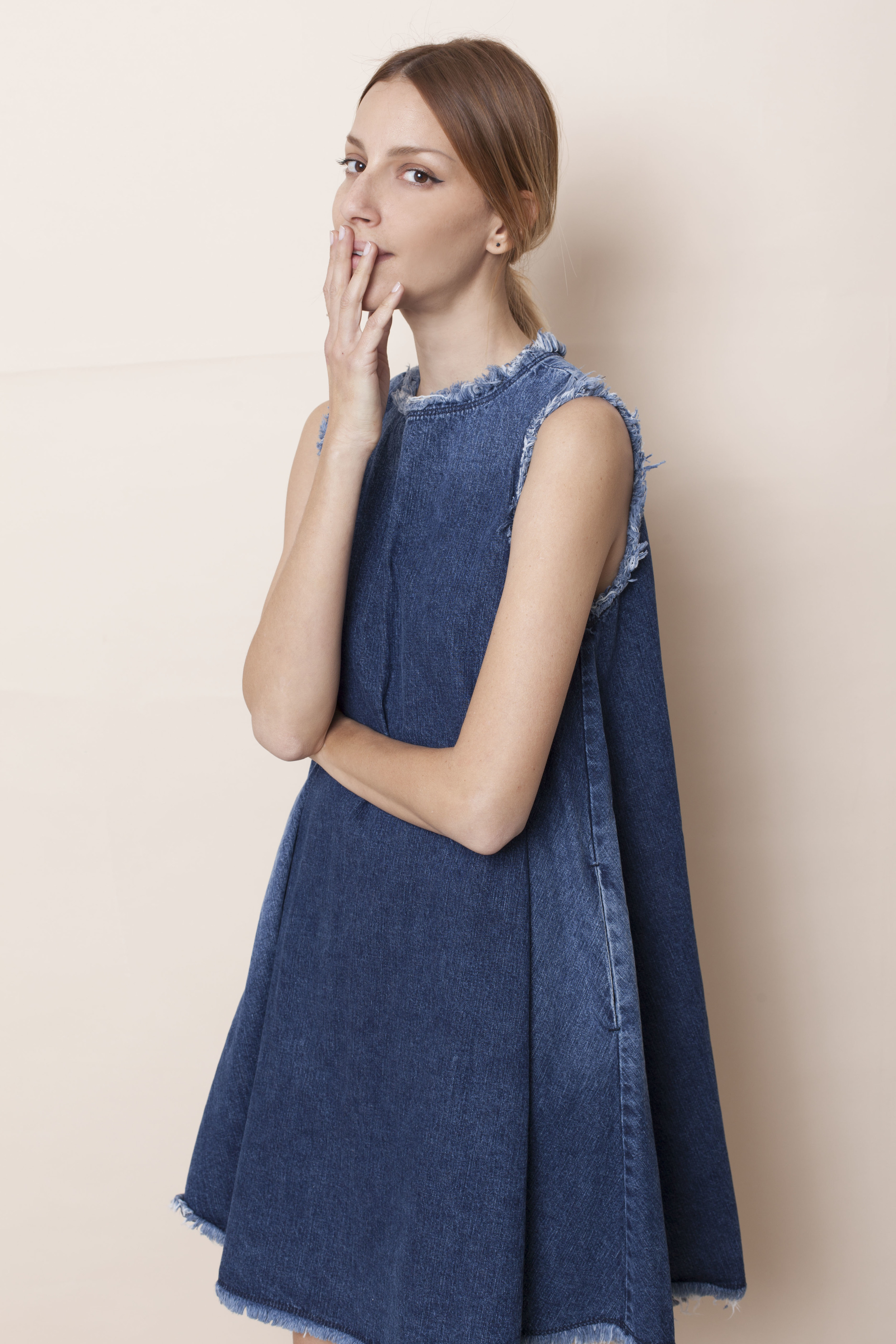 """""""מאוד קשה בעולם האופנה בארץ, אבל כל פריצת דרך היא חיובית"""" מיטל וינברג-אדר (צילום רותם רייצ'ל חן)    שמלה SARAFAN"""