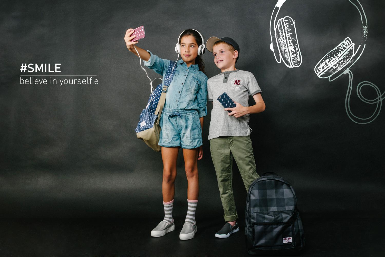"""עומרבחולצת טי ומכנסי סקיני חאקי, כיסוי לסלולר, כובע, ותיק בי""""ס-    אמריקן איגל קידס     מיה באוברול ג'ינס, גרביים,.תיק גב, וכיסוילסלולר-    אמריקן איגל קידס     נעלים:פפאיה  (צילום: מרק סגל ל- imahotmag.com)"""