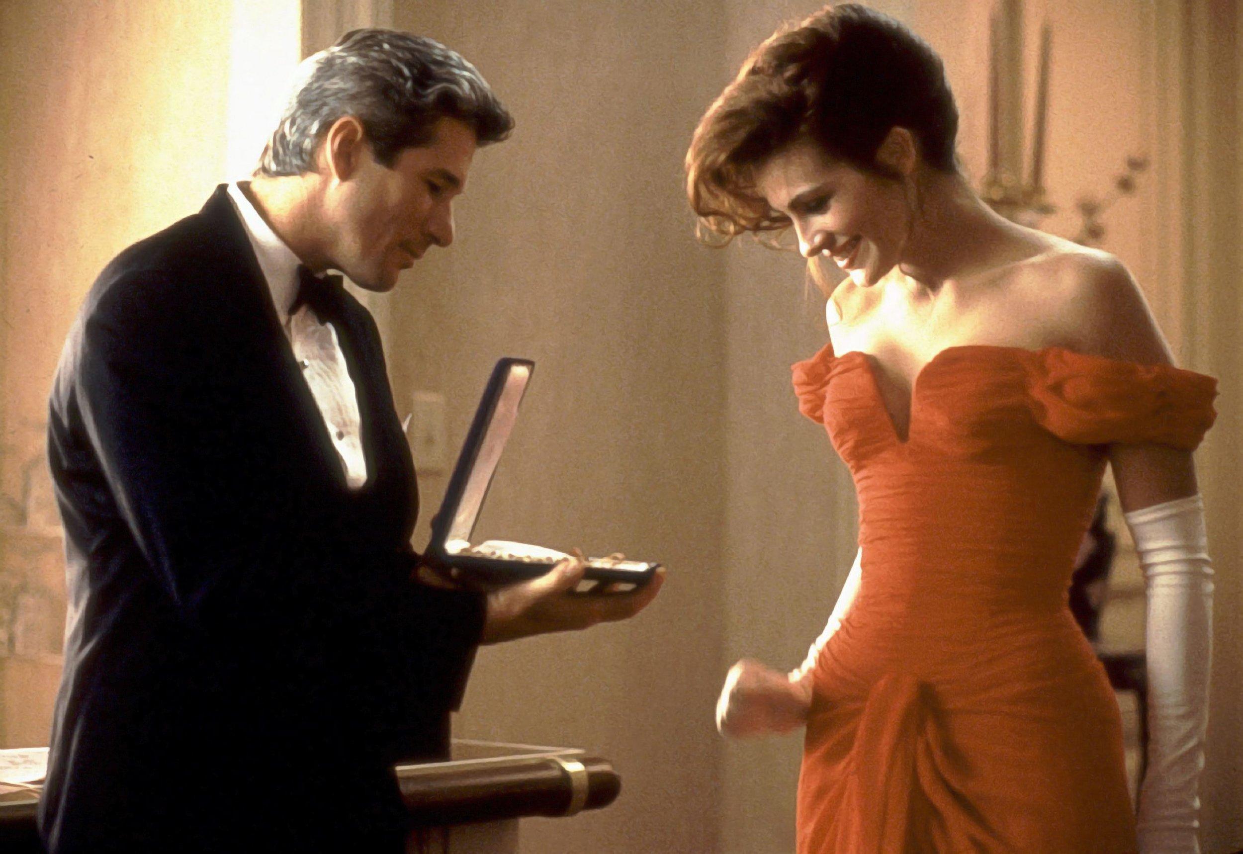 כשויויאן קיבלה את השמלה האדומה וענק היהלומים. ג׳וליה רוברטס וריצ׳רד גיר ב״אישה יפה״ (צילום: באדיבות yes)