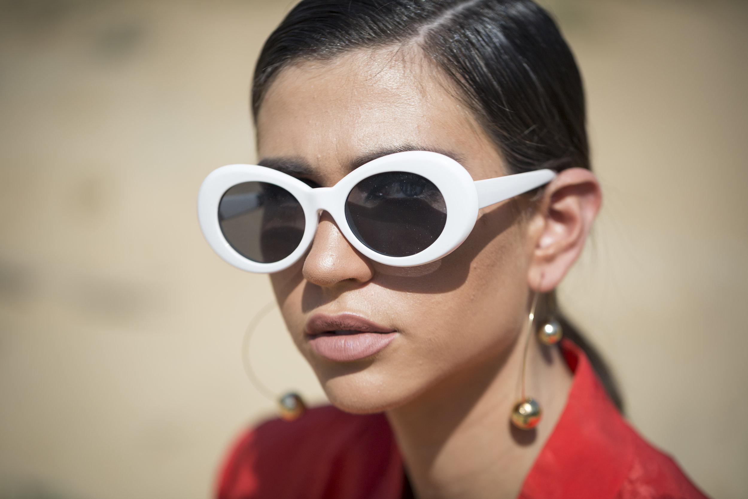 אביה ביטון משקפי זבוב טרנד סלין לבן אדום.jpg