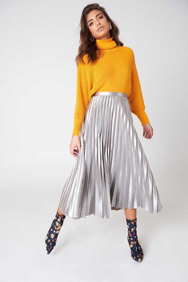 המטאליות - אין ספור פרשנויות וגוונים לחצאית הפליסה המטאלית שאיתנו כבר כמה עונות. אי אפשר להיגמל ממנה, היא מתאימה לכל צבע, ומשדרגת כל לוק. חצאית סטייטמנט פרקטית במיוחדבתמונה: חצאית פליסה מטאלית NA KD