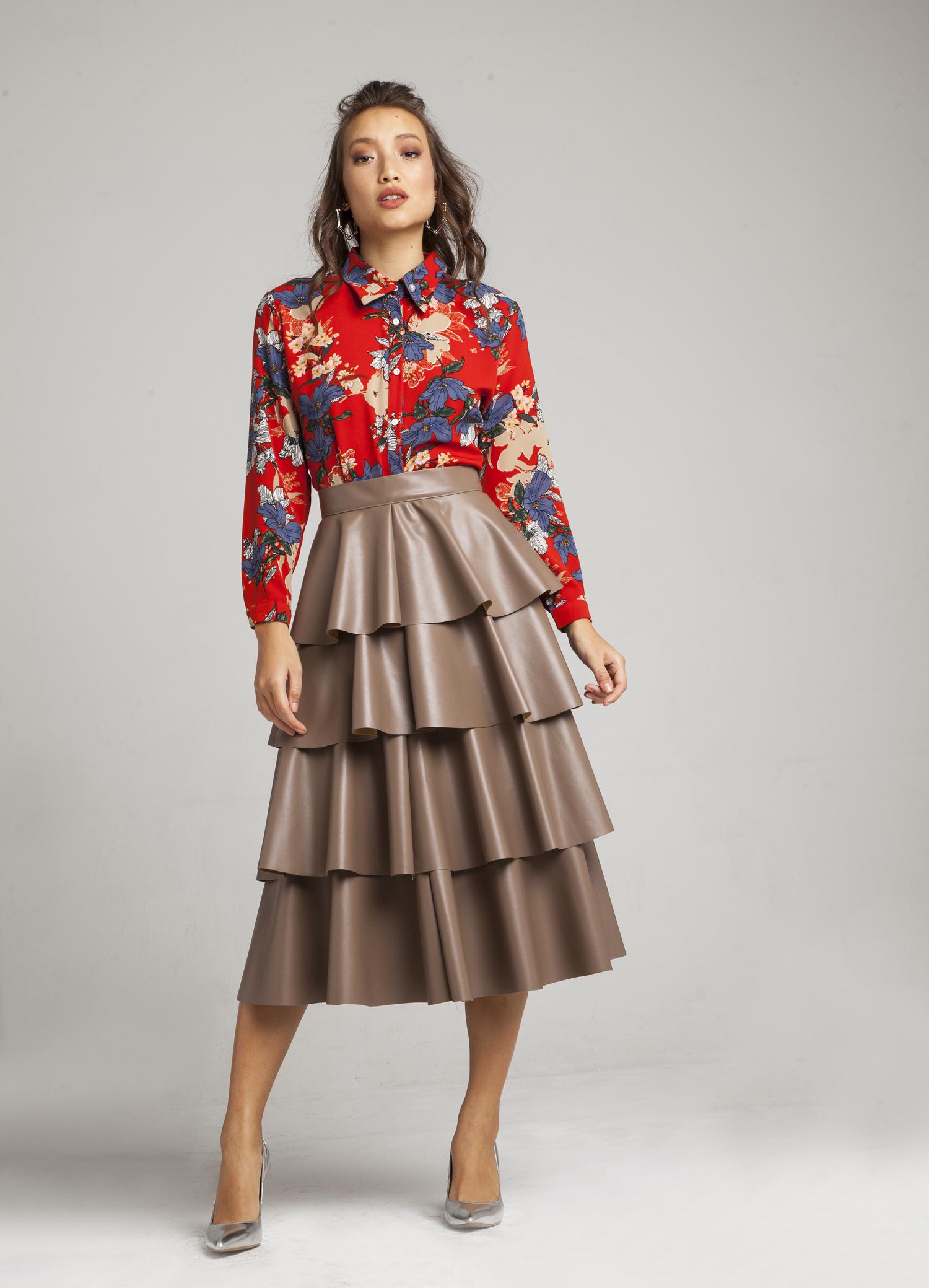 הראפלס - חצאיות הראפלס, השכבות, הן חצאיות הבנויות מקומות של וולאנים, מתכתבות עם חצאיות המעטפת שהן מאותה המשפחה.תמצאו אותן העונה במגוון אופציות,עשויותבדים דמויי עור, משובצות, וכמובן עםשקיפויות שונות של טול ותחרה. המראה שנוצר בשילוב עם החצאית הוא בלתי נשכח ומלא בנוכחות, ועדיין, בשילוב קלאסיקות כמו חולצה מכופתרת, אימונית מודפסת, או חולצת טי שירט בוודאי, המראה ישמור על עדכניות נטולת מאמץ. תתאים ביחוד לבעלות מותן צרה, וגבוהות, עם חולצה בפנים. נפלאהלאירוע מיוחד, בשילובטופ מהודר, ונעלי סטילטו או מגפוניםבתמונה:TOPPATSU.com צילום: אלון ראובני