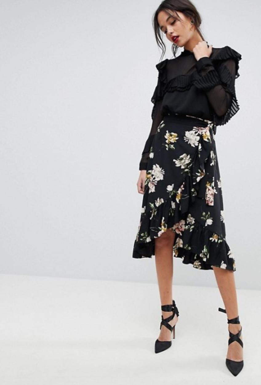המעטפות - חצאית מעטפת היא הוורסיה הכי עדכנית של חצאית המידי המוכרת. שילוב של חצאית מעטפת עם ראפלס בשוליים יוצרמראה מלא אמירה ומשתלב היטב עם כל טופ שתתאימי, וכך גם עם מגוון גזרות נעליים, מסטילטו, סניקרס ומגפוניםבתמונה: חצאית מעטפת פרחונית ASOS