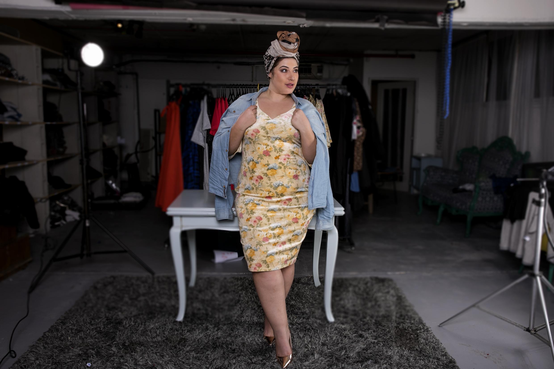 שני קליין לQueen size בשמלה מתוךקולקציית הקפסולה בעיצובה (צילום: שי נייבורג)