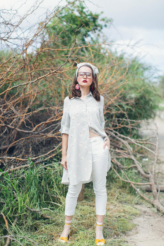 חולצה מכנסיים ונעליים: Lilamist, תכשיטים: יבגניה קרפובה, משקפים: אוסף פרטי