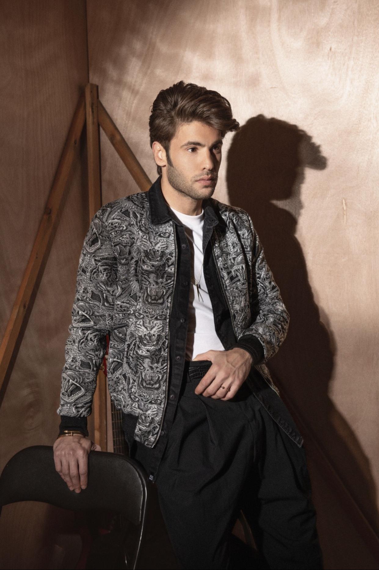 בומבר - Zara, ג׳קט ג׳ינס שחור - Pull and bear, טי שירט - Castro, מכנסיים - Zara, חגורה - Bershka, תכשיטים - AIN KER