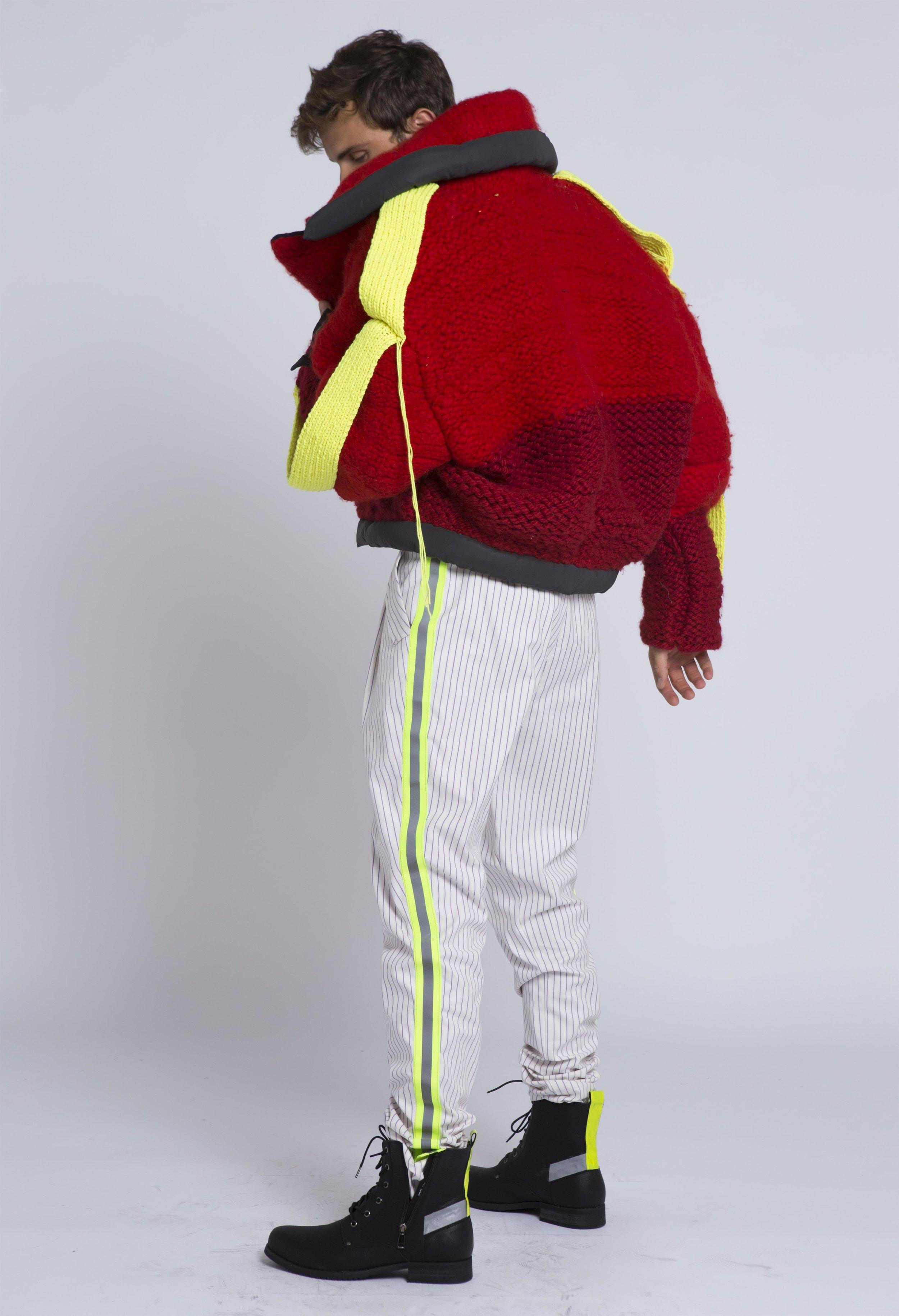 יפעת אוטיץ - They're hereקולקציית גברים העשויה סריגים ואריגים, אשר עוצבה בהשראת המהפכה הצרפתית ומחאת האפודים הצהובים ומשלבת בין צבעי המהפכה לבין מחזירי האור של מחאת האפודים הצהובים