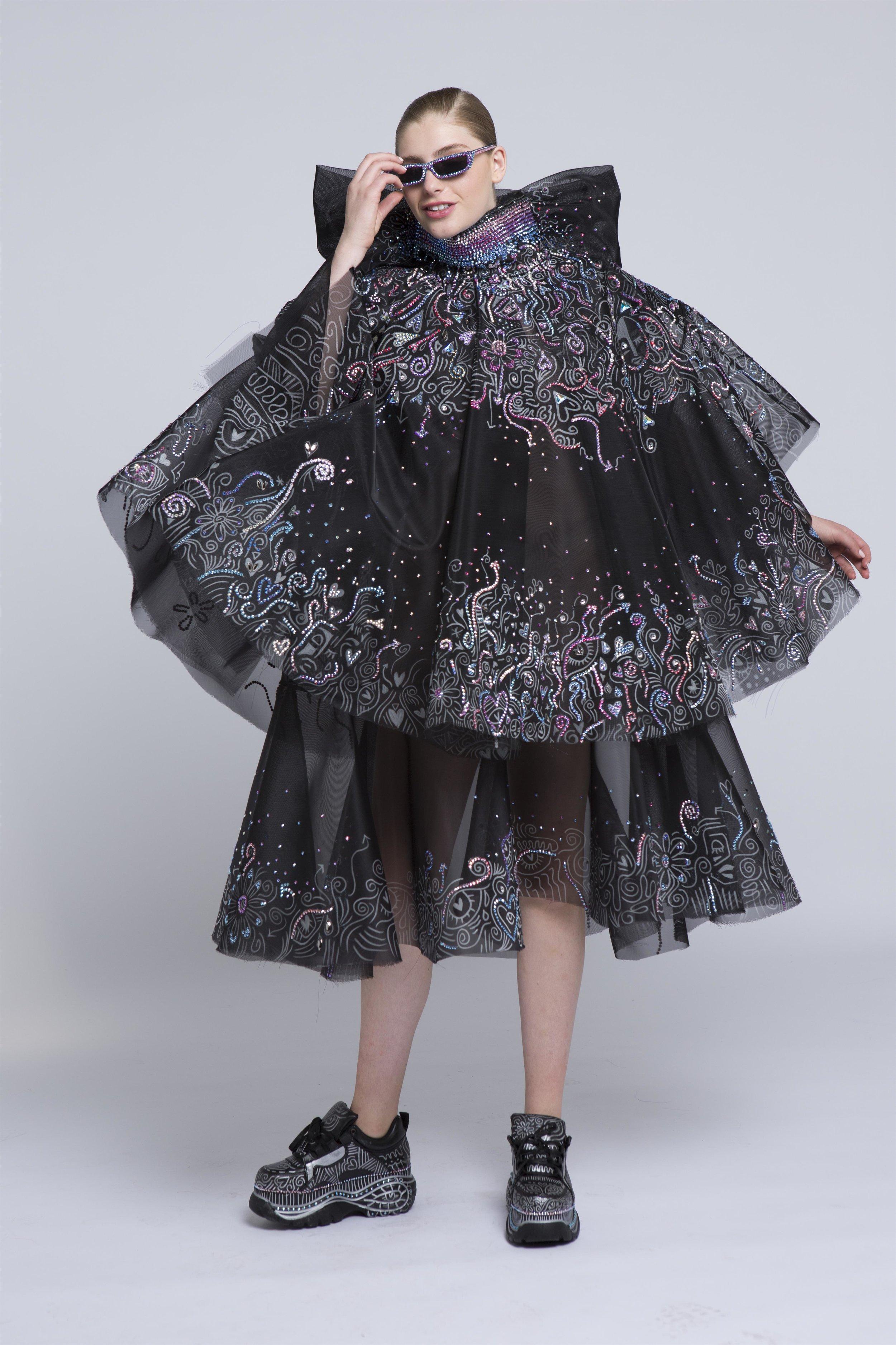 שי רוזנשטוק - כל אדם הוא סיפורבילדותה הייתה חלק מנבחרת התעמלות אמנותית ולא אהבה את העובדה שכל המעמלות צריכות להתלבש אותו הדבר, הקולקציה מושפעת מהאמן Laolu Sanbanjo, המצייר את סיפורו האישי על גופם של אנשים