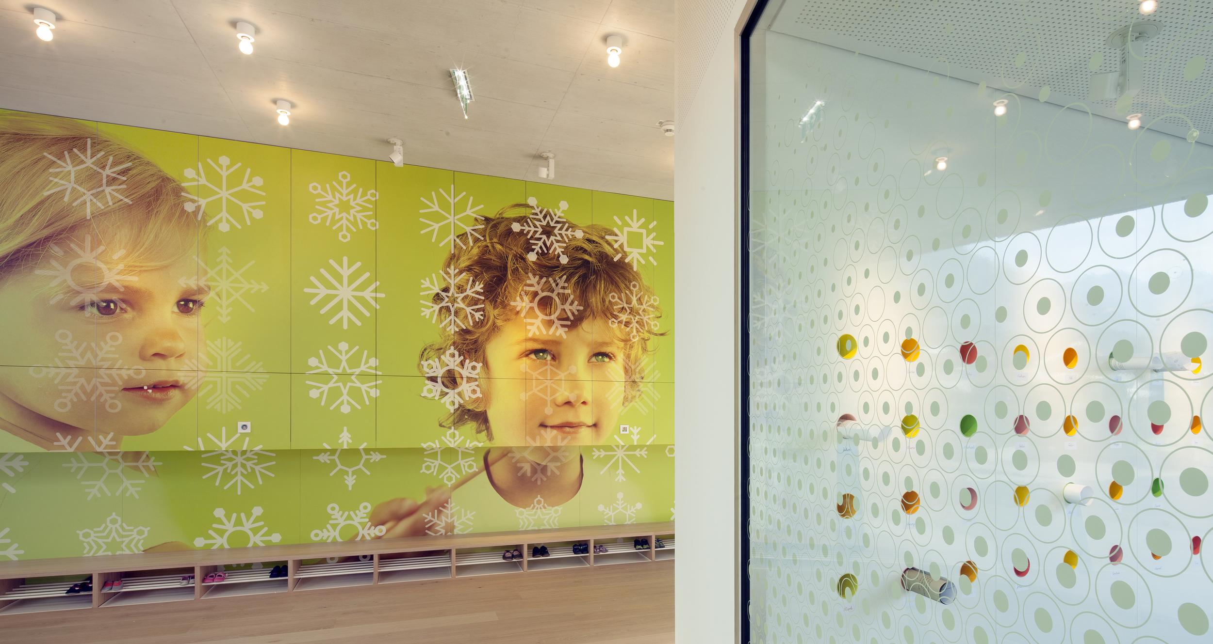 drdi kristallmäuse_foyer eingang und garderobenwand.jpg