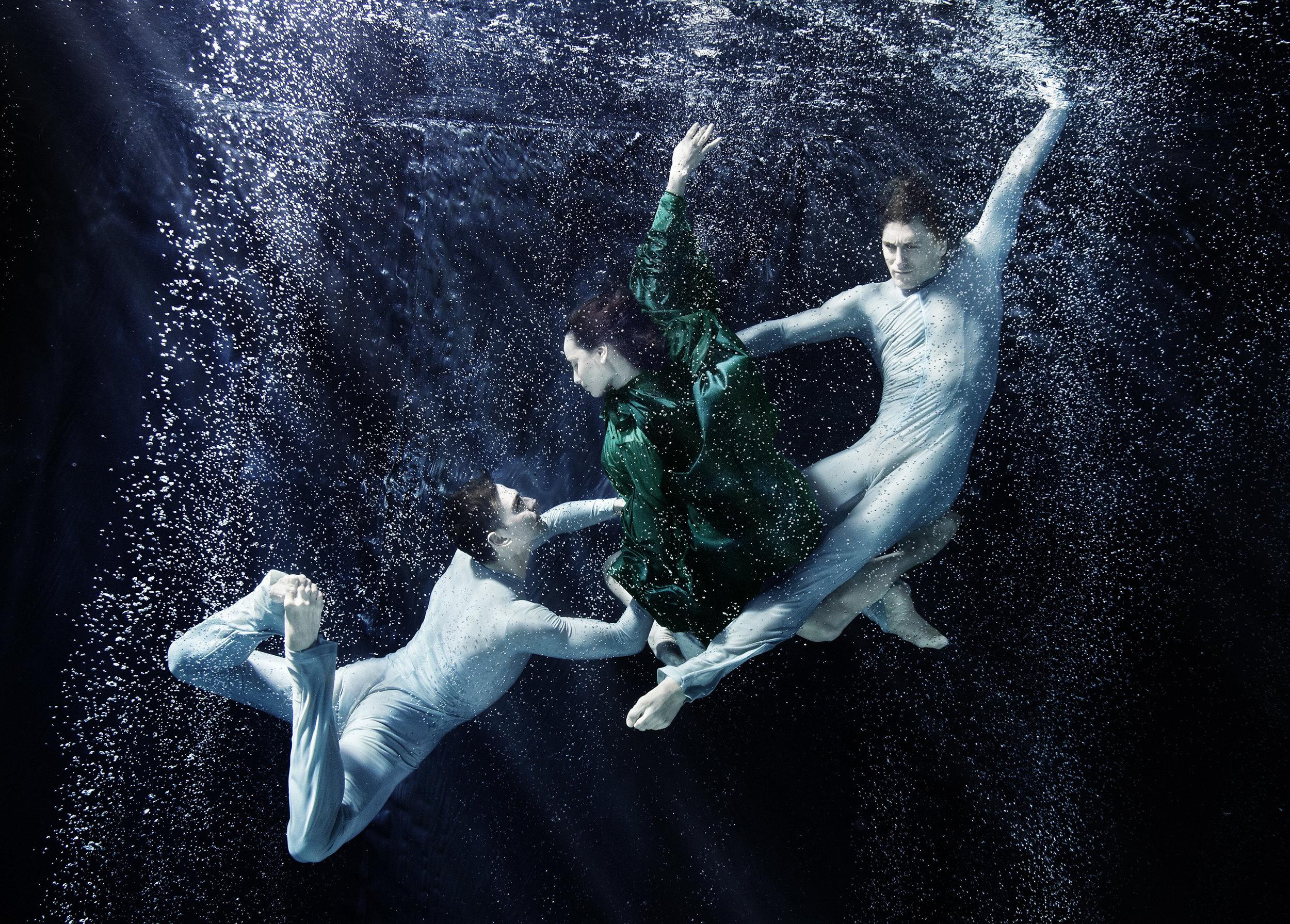 Susanne Stemmer three dancers dancing underwater