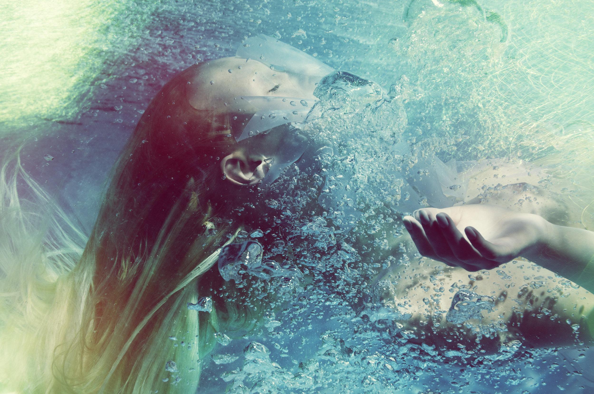 Susanne Stemmer girl under surface of water