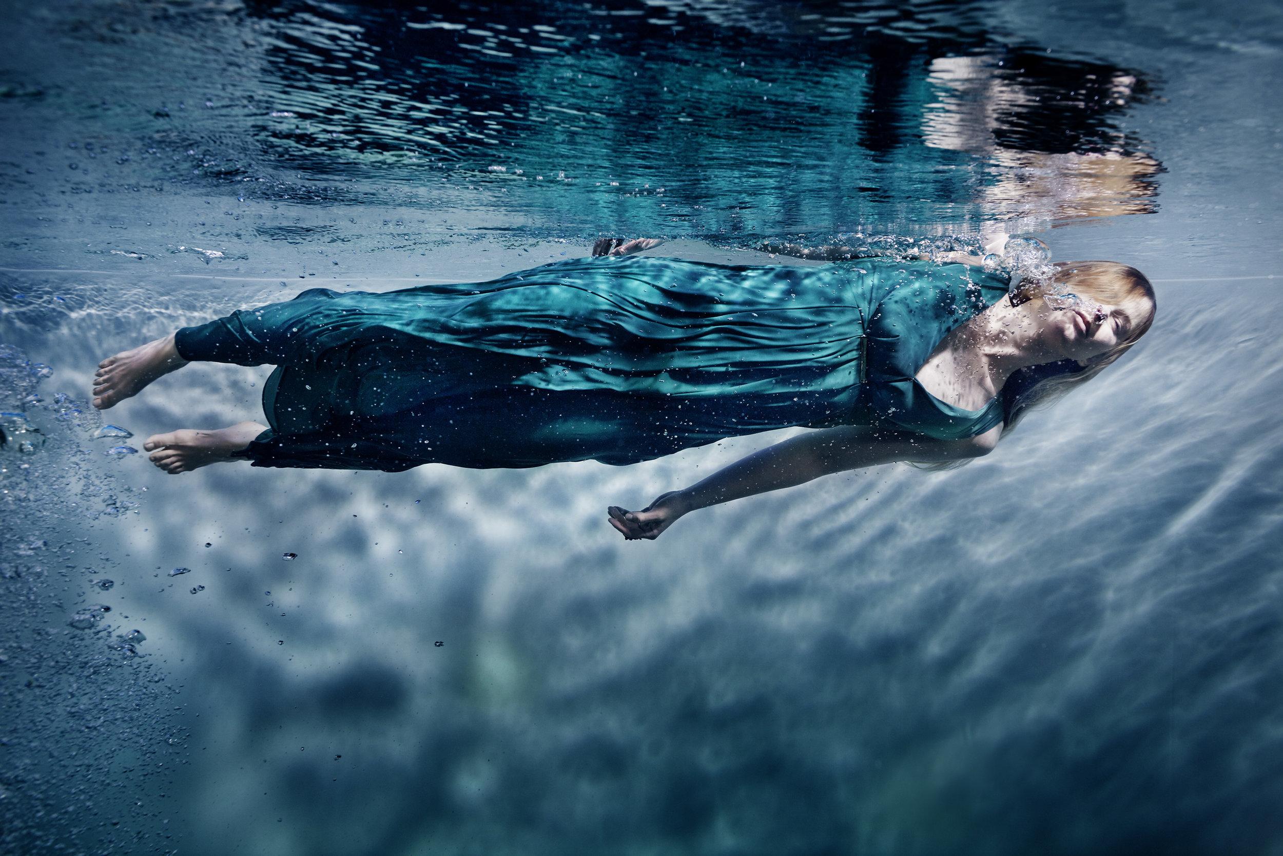 Susanne Stemmer girl horizontal swimming underwater