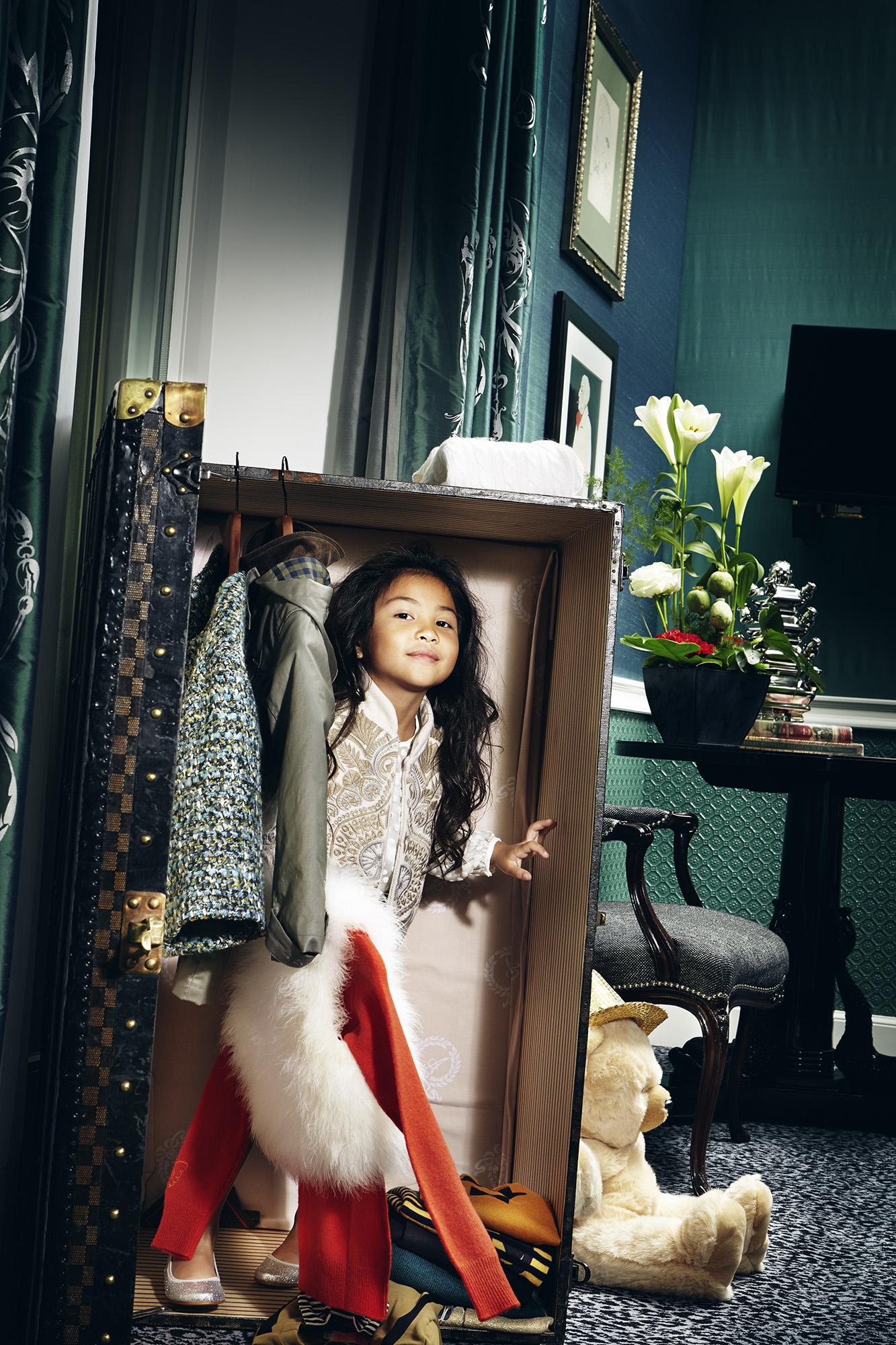 Ilvie Little girl looking through frame