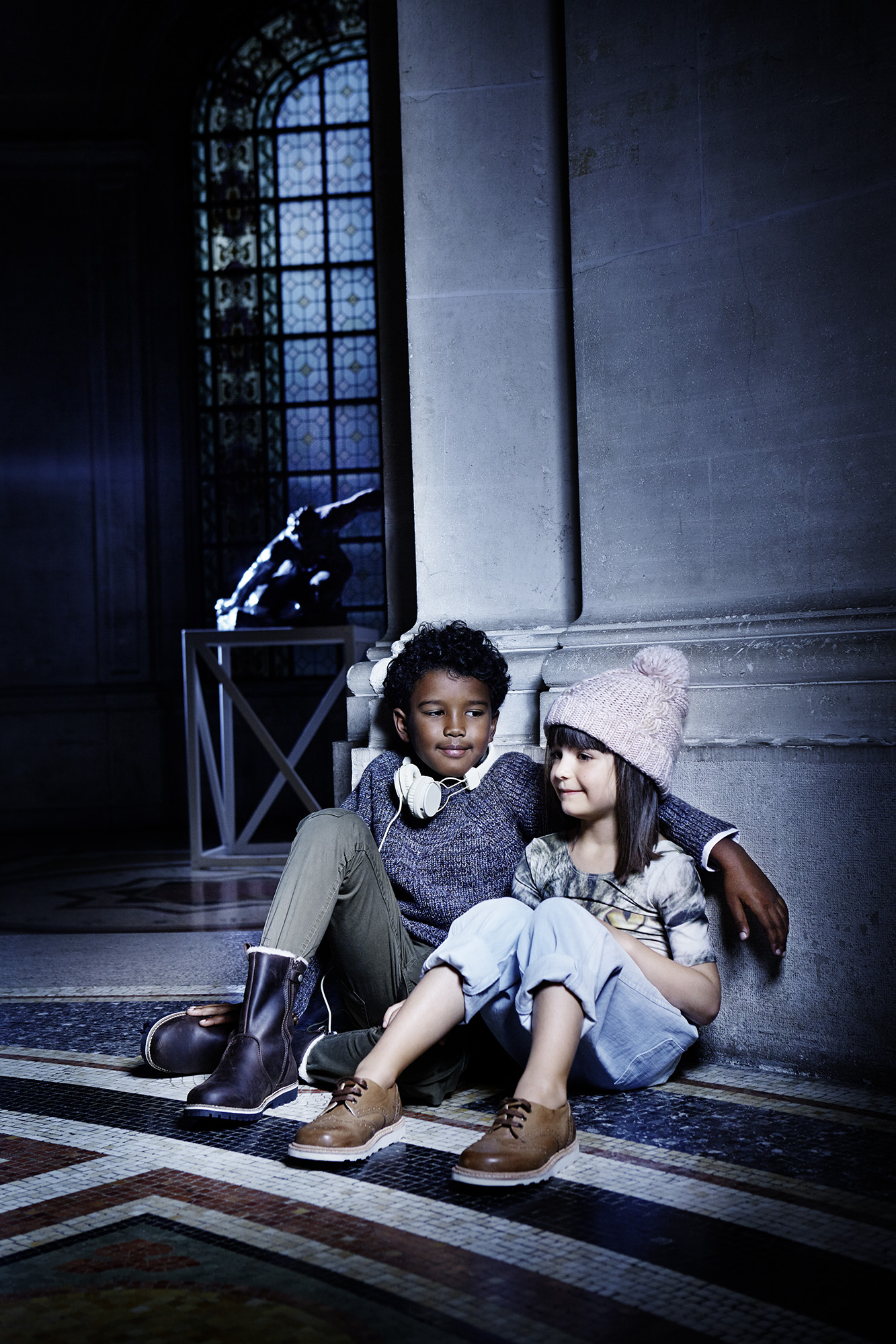 Ilve Llittle girl and boy sitting in gallery