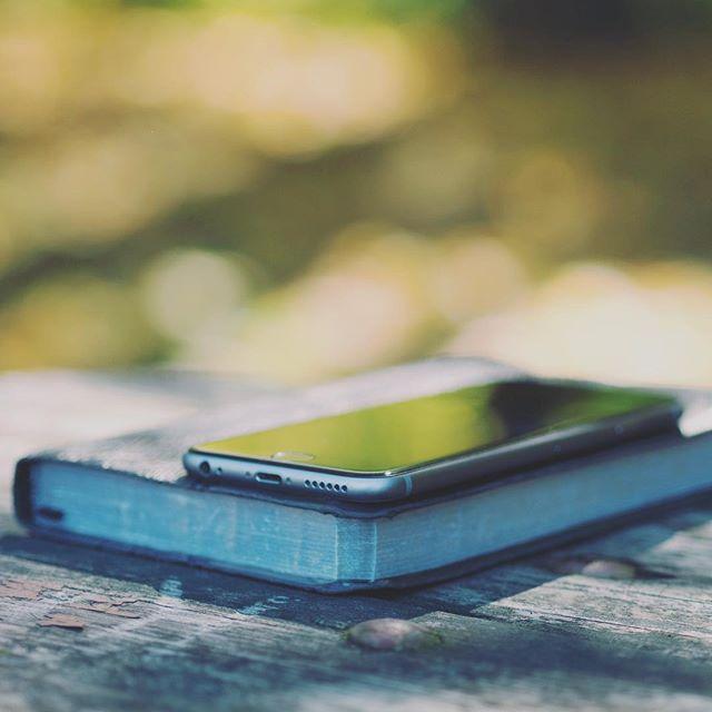 """Meglio ricordi digitali o """"fisici""""? Perché non entrambi?! La cosa importante è di non fidarsi troppo della conservazione dei file digitali! Anche con un backup come si deve (in almeno due posti diversi) che già molti non fanno... non è per niente provato quanto tempo possono essere conservati i file digitali. La tecnologia cambia continuamente e formati digitali possono diventare obsoleti in poco tempo, file possono degradarsi e dischi possono fallire. Meglio sempre stampare anche una copia di quello che vogliamo conservare. Creare fotolibri cronologici o a tema, sono un'ottima soluzione per conservare i ricordi più importanti! Se non avete tempo di crearli voi, possiamo farlo noi! Contattateci per info 😊. #ricordidifamiglia #fotolibri #digitale #stampaildigitale #ricordi"""