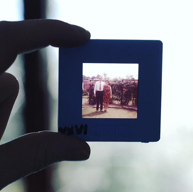 Se ci ricordate le diapositive avete una certa età 😜 ma anche se a volte si doveva subire la serata con le foto di vacanza degli amici o parenti, era anche bello che esisteva un momento dedicato a vedere i ricordi! Oggi invece ne abbiamo molto di più di foto e video digitali, ma non ci prendiamo spesso il tempo di vederli... Non rimandate sempre l'organizzazione e la stampa delle vostre foto preferite! Fatelo subito! Non ci vuole poi così tanto tempo se per un periodo vi ci mettete ogni giorno (o sera). E se vedete che davvero non ce la fate, mandate tutto a noi e facciamo noi! 😊 * #ricordidifamiglia #organizzazionefoto #diapositivo #memorykeeping #stampaletuefoto #ricordi #retro #famiglia