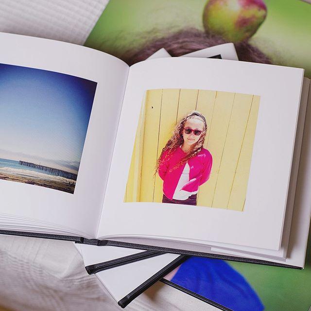 Niente è più bello che rivivere ricordi e viaggi qualche anno dopo - sfogliando un fotolibro che avete stampato... Ci vuole un po' di tempo per selezionare le foto e creare il layout, ma ve lo goderete poi per anni! E se non avete voglia do farlo voi, c'è sempre @ricordidifamiglia a farlo per voi! #ricordidifamiglia #organizzazionefoto  #ricordistampati #fotolibro #stampaletuefoto