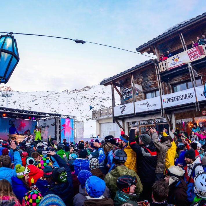 APRÈS-SKI - We nemen met Rewind op maandag de après-ski van de Umbrella bar over. Gelijk vanaf de piste Rewinden dus. Op woensdag duiken we het nachtleven in, de Britse band Kovic opent de avond en wij gaan door tot in de vroege uurtjes.