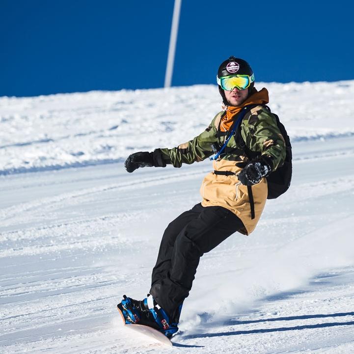 SKI & BOARDER - Heerlijk skiën en boarden, op ieder niveau. Naast lessen voor de beginners organiseren we een First Track Experience, een Ski Safari en voor de echte pro's een Offpiste-Experience. Sporten naar hartenlust dus!