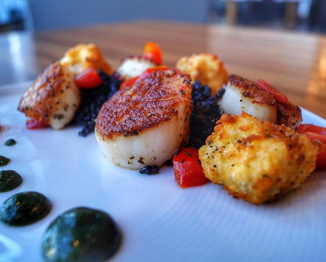 Our favorite time of day: dinnertime 🥰 . Seared scallops: black rice, heirloom tomato relish, fried cauliflower, basil coulis