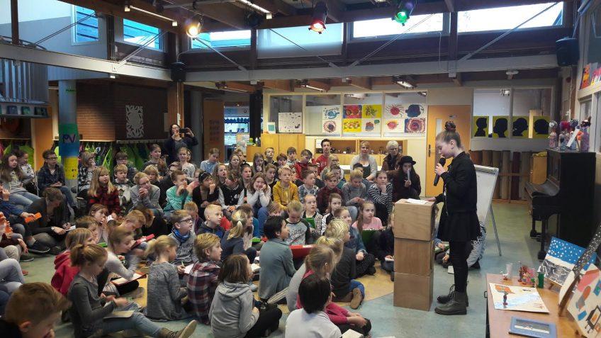 イエナプラン学校での生徒によるプレゼンテーションの様子 (Photo Credit: Jenaplanschool De Bijenkorf)