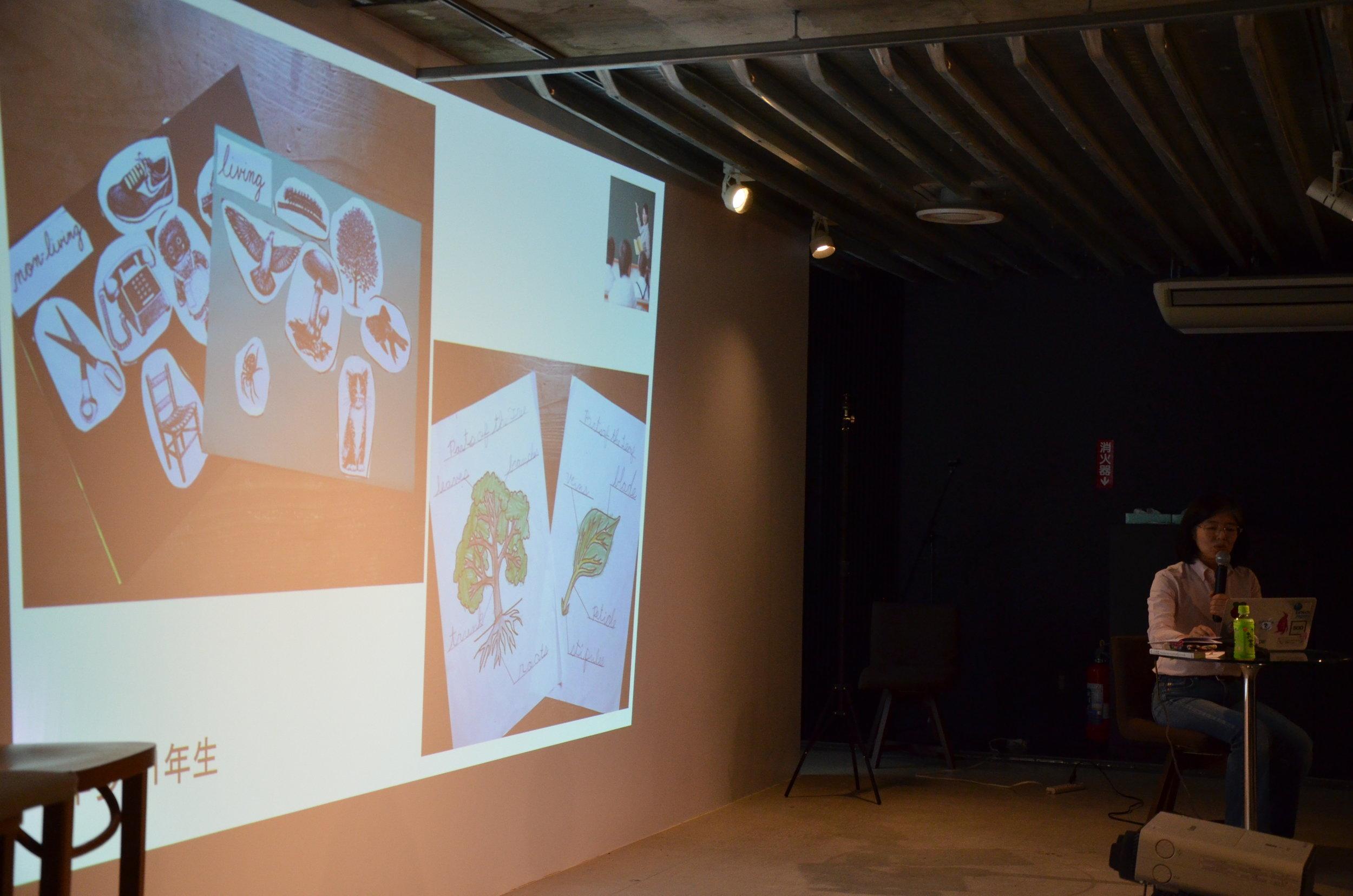 モンテッソーリ教育の小学校の教材を紹介する吉川さん